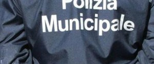 La Polizia Municipale blocca un uomo che evita un posto di blocco e rischia di investire passanti: i...