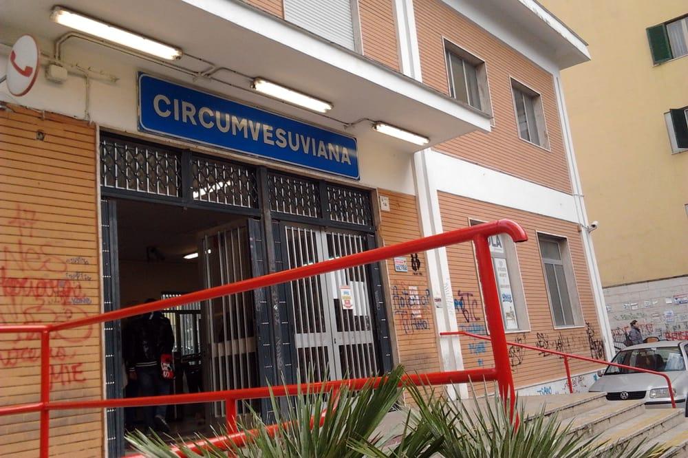 La Polizia blocca tre giovani armati davanti alla Circumvesuviana. Sventate possibili rapine.