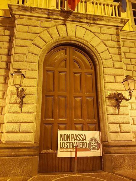 Striscione di CasaPound contro i migranti sul portone del municipio. La condanna del sindaco: Ho de...